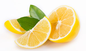 绿叶与切开的黄色柠檬摄影高清图片