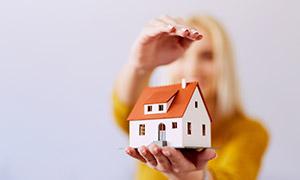 放手上的房子模型特寫攝影高清圖片