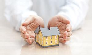人物双手中的房子模型创意高清图片