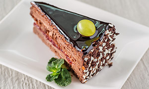 放在盘子里的一块蛋糕摄影高清图片
