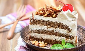 桌上的奶油巧克力蛋糕摄影高清图片