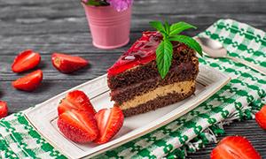 草莓与盘子里的巧克力蛋糕高清图片