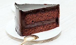 切出一块的巧克力蛋糕摄影高清图片