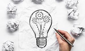 纸团与手绘效果的灯泡创意高清图片