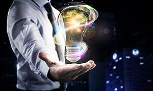 在手上的炫丽线条灯泡创意高清图片
