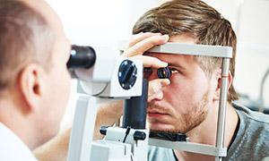 让医生检查眼睛的男子摄影高清图片