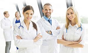 穿白大褂的医务工作者摄影高清图片