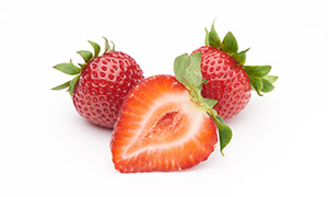 几朵鲜嫩欲滴草莓特写摄影高清图片