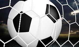球网前的黑白足球特写摄影高清图片