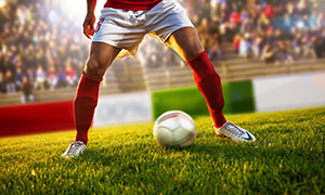 綠茵場上踢球的運動員攝影高清圖片