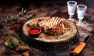 砧板上的美味烤肉特写摄影高清图片
