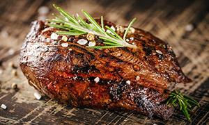 精心烹制美味烤肉特写摄影高清图片