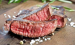 鲜嫩多汁的五成熟牛排摄影高清图片