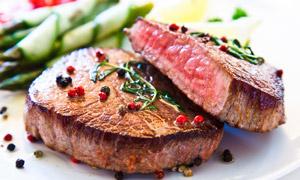 煎好装盘的五成熟牛排摄影高清图片