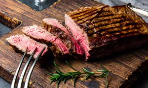 切开了肉质鲜嫩的牛排摄影高清图片