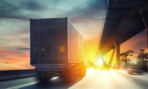 公路上的高速货运车辆逆光 澳门线上必赢赌场