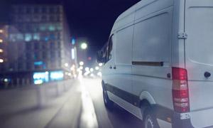 城市公路上的汽车逆光摄影 澳门线上必赢赌场