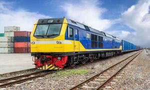 铁轨上篮黄配色的货运列车 澳门线上必赢赌场