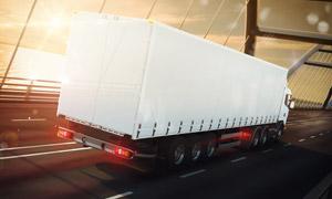 跨海大桥上的货运汽车摄影高清图片