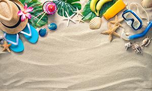 沙子上的帽子凉鞋等物摄影高清图片