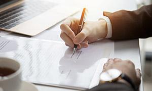 协议上签字的商务情景特写高清图片