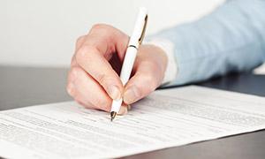 在填写表格的商务人物特写高清图片