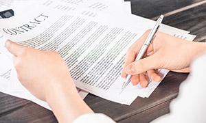合同协议上签字的场景摄影高清图片