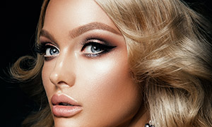 戴王冠的金發美女人物攝影高清圖片