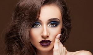 披肩卷發造型濃妝美女攝影高清圖片