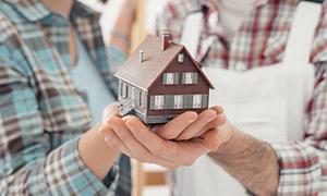 托在一对夫妇双手中的房子模型图片