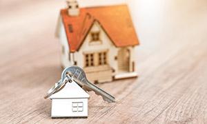 悬挂着钥匙的房子模型创意高清图片