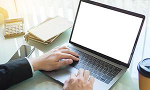 桌面上的记事本与笔记本电脑等图片