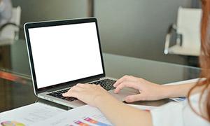 白屏显示的笔记本电脑摄影高清图片