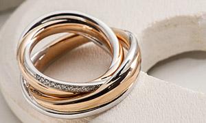 一对结婚用的戒指特写摄影高清图片