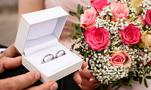 结婚用捧花与戒指特写摄影高清图片
