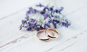 薰衣草与一对结婚戒指摄影高清图片