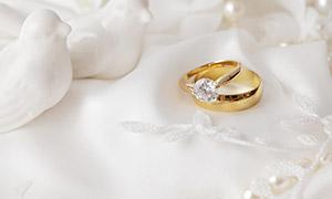 鸳鸯摆件与结婚用戒指摄影高清图片