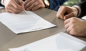 桌上签署协议场景特写摄影高清图片