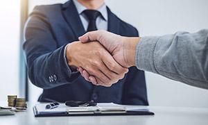 签署协议后握手的人物摄影高清图片