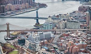 航拍视角城市建筑物与大桥高清图片