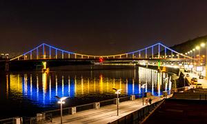 夜晚湖畔灯光照明效果摄影高清图片