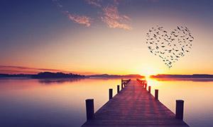 傍晚夕阳下的湖面栈桥风光高清图片