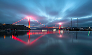 夜晚红色灯光装饰大桥摄影高清图片