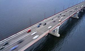 跨海公路桥之上的繁忙交通摄影图片