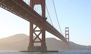 薄雾笼罩中的金门大桥摄影高清图片