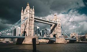 天空乌云下的伦敦塔桥摄影高清图片