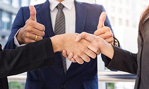 为商务合作点赞的职场人物高清图片