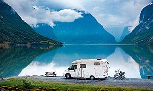 停留在湖边的旅行房车摄影高清图片