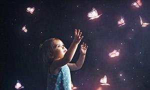 伸手去抓蝴蝶的小女孩摄影高清图片