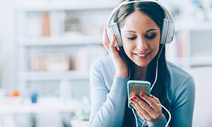 頭戴耳機聽音樂的美女人物高清圖片
